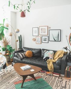 58 modern and most popular living room design ideas for this year 35 Black Sofa Living Room Decor, Living Room Seating, Boho Living Room, Cozy Living Rooms, Living Room Sofa, Black Leather Sofa Living Room, Black Couches, Living Pequeños, Colourful Living Room