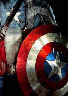 On voit bien que le rouge sur le bouclier donne une présence de force et d'assurance à Captain America.