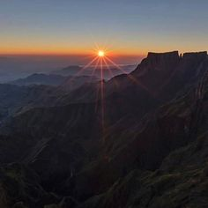 Watching the sunrise from the top of the Drakensberg Amphitheatre. Photo by @brendon_wainwright #ThisIsSouthAfrica Capturado por southafrica