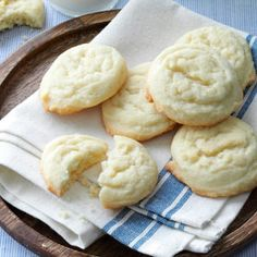 "Amish Sugar Cookies Recipe- Recipes These easy-to-make cookies simply melt in your mouth! I've passed the recipe around to many friends. After I gave the recipe to my sister, she entered the cookies in a local fair and won the ""best of show"" prize! Amish Sugar Cookies, Best Sugar Cookies, Sugar Cookies Recipe, Yummy Cookies, Cookies Et Biscuits, Yummy Treats, Sweet Treats, Bar Cookies, Drop Cookies"