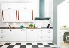 Härligt kök i retro 50-talsstil. Tidepokens rätta anda lyfts särskilt fram genom de karaktäristiska skjutluckorna, det storrutiga golvet samt genom fläktkupans starka färg och rostfria beslag. #fjaraskupan #kupé #retro #50tal #vintage Double Vanity, Kitchen Cabinets, Retro, Interior, Inspiration, Kitchen Ideas, Clock, Home Decor, Vintage