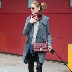 Top 10 looks da semana. Olivia Palermo look casaco cinza e bolsa burgundy.