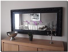 Deze klassieke spiegel vergroot de hal optisch for Spiegel boven bed