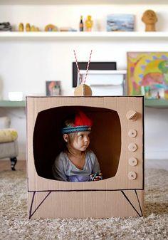 Bricolage en carton pour enfant : une télé en carton Art Kids, Diy For Kids, Children, Fabrics, Children Garden, Protective Mask, Cabins, Diy Room Decor, Cartonnage