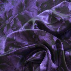 Charmeuse bedruckt violett - Sehr weicher, anschmiegsamer und glänzender #Seidenstoff. Geeignet für Blusen, Kleider, Tops, weite Hosen und Röcke Breite in cm: 140