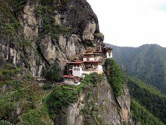 Un montasterio colgado de un acantilado de 700 metros en Bután (Taktsang)