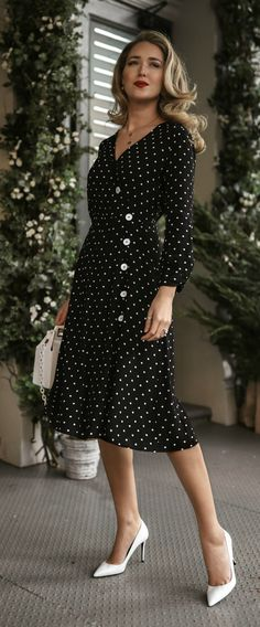 Day Baby Shower // Black + white polka-dot wrap dress with side button detai… Baby Dress Clothes, Baby Shower Dresses, Dress Outfits, 90s Fashion, Womens Fashion, Fashion Tips, Color Fashion, Fashion Black, Grunge Fashion