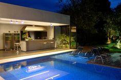 Área de churrasqueira e piscina super integradas. (blog Assim Eu Gosto