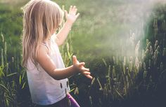 The art of free lensing - freelensing photo of girl in a field with beautiful light by Holly Donovan