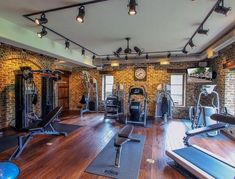 Best of the best in home gym design. Check out big and small home gym design ideas and examples. Huge photo gallery - cardio, weights, yoga, saunas and more. Home Gym Basement, Home Gym Garage, Gym Room At Home, Home Gym Decor, Dream Home Gym, Best Home Gym, Academia Completa, Small Home Gyms, Small Homes