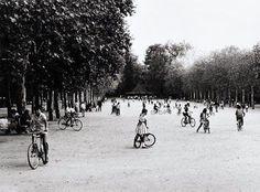 El Retiro 1955. Los domingos por la tarde, y no todos, íbamos al Retiro y mis padres nos alquilaban, por una hora, una bicicleta. Ese domingo era muy especial para mí... ¡Por fin podía montar en bicicleta!