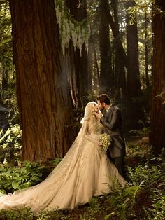 hochzeitsfotos idee brautpaar wald kuss romantisch