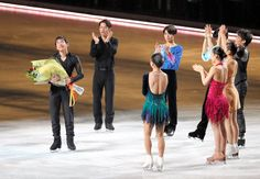 〈エキシビション(12月24日)〉 引退を発表し、仲間から花束を受け取る織田信成(左)=飯塚晋一撮影
