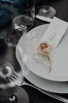 Dried flowers, timeless elegance for this minimalist yet beautiful snowy wedding table Decoration Table, Napkins, Tableware, Kitchen, Blue Tables, Winter Weddings, Dinnerware, Cuisine, Towels