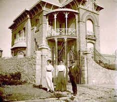 Casa situada en Guemes y Gazcon Old Pictures, Old Photos, Vintage Photos, Indoor Garden, Indoor Outdoor, Historical Architecture, Cup And Saucer Set, Belle Epoque, Old World