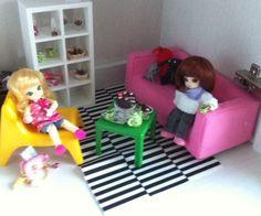 Verkaufe das Ikea Möbelset.Zum Verkauf stehen nur Sofa, Sessel, Regal und Teppich! Dekomaterial und Puppen gehören nicht…