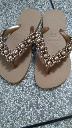 Havaiana top bordada com pérolas. Toda costurada com linha de nylon e q não machucam os pés.