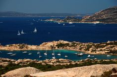 El archipiélago de La Maddalena, al norte de Cerdeña, es uno de los Parques Nacionales con que cuenta la isla. El objetivo del parque es proteger el ecosistema marino de estas islas, y con ello, de paso, se protegen las espectaculares playas con que cuenta.   La Maddalena es su isla principal y la que da nombre al resto del archipiélago. Lejos de ser un lugar tranquilo, el pueblo de La Maddalena es un puerto bastante grande, que tiene bastante animación los meses de verano. La isla es fácil…
