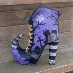 Paper Mache witch boot, OMG if I start now (in November) I will have a pair or two by next Halloween Dulceros Halloween, Halloween Shoes, Adornos Halloween, Halloween Projects, Holidays Halloween, Vintage Halloween, Halloween Decorations, Witch Boots, Paperclay