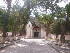 Capilla de Huacalera. Huacalera (Jujuy). En la Quebrada de Humahuaca, sobre la ruta nacional 9. La Iglesia de Huacalera fue construida en el siglo XVII siendo una joya de la arquitectura colonial, resguardando en su interior pinturas de la escuela cuzqueña como el Casamiento de la Virgen, su primera construcción data del año 1655.