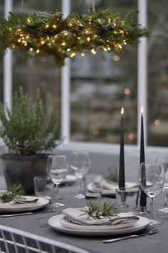 Old, but gold Noel Christmas, Scandinavian Christmas, Christmas Wedding, All Things Christmas, White Christmas, Christmas Table Settings, Christmas Tablescapes, Christmas Decorations, Christmas Interiors