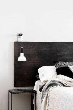 Fabriquer une tête de lit en bois peinte en noir
