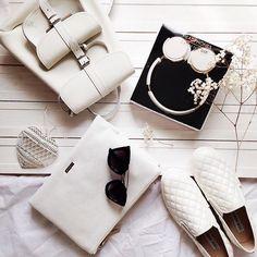 Total white look Сумочка (Кроссбоди) skinnydip, которая удачно трансформируется в 2 отдельных клатча с множеством  нужных отделений для документов и важных мелочей, мастхэв для любителей путешествий✈️, стильные наушники skinnydip,  рюкзак Grafea mini и  Слипоны SteveMadden которые сейчас со скидкой 30%☺️