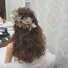 . . 大好きなhiromi さんのダウンスタイリングに、 . セウのオリジナルフラワーアクセを。 . . 個性的な不思議なアクセサリーは、 . . おしゃれをとにかく楽しみたい方に付けてもらいたかった♡ . . 美容師さんの仲間が多く、 . とっても大好評でした . . #結婚式#美容師#髪型#ブライダル#ヘアアレンジ#ヘアアクセ#ヘアセット#プレ花嫁#セット#結婚#ハンドメイド#花嫁#編み込み#イヤリング#結婚式準備#前撮り#美容室#ヘアメイク#ウェディング#ヘアスタイル#アレンジ#写真#ブーケ#love#ig_japan#hairstyles#bridal#weddinghair#bridalhair#hairarrange