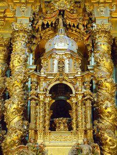 En el centro de todo el retablo, remarcado por estas estructuras, nos encontramos con la gran custodia que retoma el modelo escurialense de Juan de Herrera.   Retablo | Palios