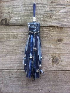 Recycled denim Tassel made with oldd jeans and T-shirt and some beads. Jean Crafts, Denim Crafts, Fabric Crafts, Sewing Crafts, T-shirt Und Jeans, Denim Art, Denim Ideas, Recycle Jeans, Recycled Denim