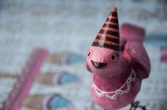 O aniversário da Fran está chegando e ela aguarda ansiosamente pela melhor parte de sua festa: os doces! Brigadeiros, beijinhos, quindins, bolos...hummm são tantas delícias que ela nem sabe por qual começar!  A Fran Festeira é uma exclusiva peça decorativa feita de papel machê, disposta a animar e colorir qualquer festa ou coração! R$ 69,90