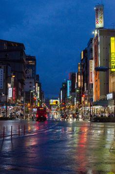 「雨の日の浅草・雷門通り」