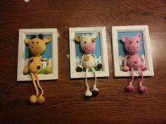 Giraffe, koe en varken gehaakt. Een leuke achtergrond in een fotolijstje geschilderd en de diertjes vastgezet. Leuk voor een geboorte.