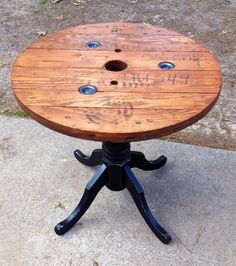 72 Clever DIY Recycled Spool Furniture Ideas for Outdoor Living Wire Spool Tables, Cable Spool Tables, Wooden Cable Spools, Wood Spool, Pallet Furniture, Furniture Projects, Furniture Makeover, Painted Furniture, Vintage Industrial Furniture