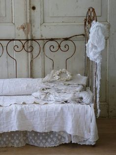ZsaZsa Bellagio – Like No Other: Shabby, Rustic, Charming. Shabby Vintage, Vintage Decor, Vintage Bedding, Shabby Chic Bedrooms, Shabby Chic Cottage, White Cottage, French Country Interiors, Wrought Iron Beds, French Decor