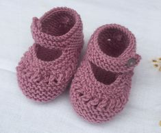 So cute. Perfect way to keep that baby girl feet warm. Knitting For Kids, Baby Knitting, Baby Booties, Baby Shoes, Owl Shoes, Drops Baby, Bebe Baby, Malva, Crochet Boots