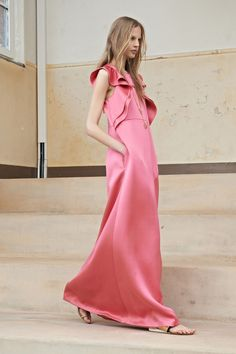 French luxury fashion house Chloe unveiled their Resort 2014 collection during runway presentation. The head designer of Chloe, Clare Waight Keller who is the Runway Fashion, High Fashion, Fashion Show, Fashion Trends, Fashion 2014, Review Fashion, Dress Fashion, Street Fashion, Mode Lookbook
