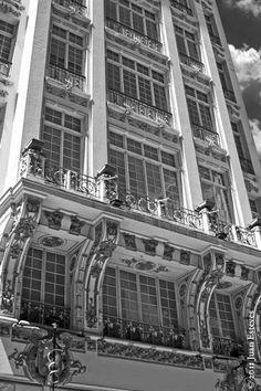 Edifício Guinle - Rua Direita - O primeiro arranha-céu de São Paulo. Com 7 andares foi inaugurado em 1913, projetado pelo arquiteto catalão Hyppolito Gustavo Pujol Júnior, para ser a sede paulistana da empresa Guinle & Cia. O concreto usado na construção passou por testes no Gabinete de Resistência dos Materiais da Escola Politécnica, para garantir a segurança em uma época que a cidade não tinha prédios com mais de dois andares.