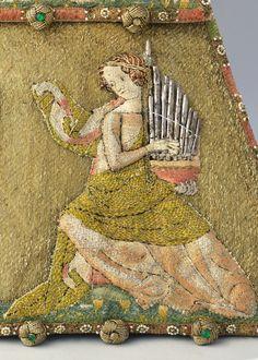 Detail, 14th c. French alms purse. Katalog III-S-69.jpg - Almosentasche, Detail HandorgelspielerinLeinenstoff, Golddraht, Metall, Perlen, Glassteine Paris