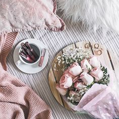 Beauty flatlay with flowers on bed | Flatlay inspiration