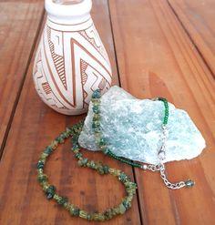 afea81f447 Colar curto com mix de pedras naturais em tons de verde (quartzo verde e  peridoto