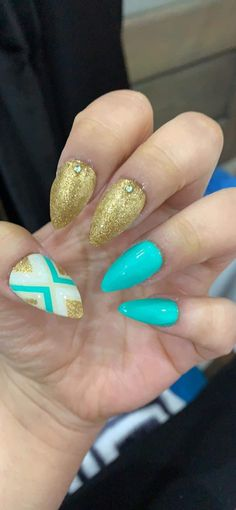 #acrylicnails #turquoise #gold #goldglitter #glitter #white #diamonds #stiletto Gliter Nails, White Diamonds, Glitter, Turquoise, Gold, Beauty, Beleza, Green Turquoise, Glow