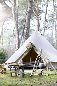 Ah, the art of glamping. Combining chic ideas with the outdoors, glamping is a way to have fun and be comfortable. Not quite camping yet not quite a s. Zelt Camping, Camping Glamping, Camping And Hiking, Camping Life, Family Camping, Camping Hacks, Outdoor Camping, Camping Outdoors, Family Tent
