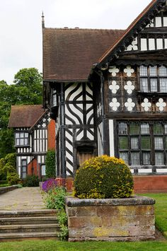 Admirable creativity on the walls Renaissance Architecture, Vernacular Architecture, Tudor Architecture, Oak Framed Buildings, Old Buildings, English Tudor, English House, Old Farm Houses, Manor Houses