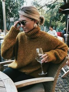 This is one of the cutest turtleneck outfits for winter! #sweatersoutfit
