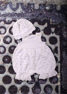 Den yndigste og mest bedårende lille babydragt med hue strikket med et virkelig smukt hulmønster. Dette sæt vil gøre hvilken Crochet For Kids, Crochet Baby, Knit Crochet, Reborn Dolls, Reborn Babies, Toddler Outfits, Kids Outfits, Baby Barn, Diy Hat