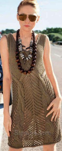 Ажурное платье с крупными косами, вязаное спицами