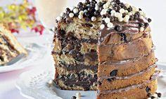Uma idéia deliciosa e prática de fazer no Natal.  Você precisará de um chocotone, brigadeiro e confeitos.  Só cortar o chocotone em camadas e rechear como se fosse bolo. Cobrir com brigadeiro e confeitos.  Como amo doce já imaginei recheado de nutell #christmaschocolate #chocolate #chocolaterecipes #chistmascookies