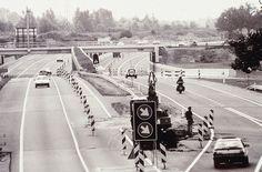 De N32 langs Tweeloo in ombouw tot A32, begin jaren '90, gezien richting het zuiden vanaf het viaduct N375. De aanleg van de Rijksomweg om Meppel (toen rijksweg 31) begon al in 1929 en kwam begin 1940 gereed als eerste autoweg in Drenthe, grotendeels ongelijkvloers. Er was al rekening gehouden met een tweede rijbaan, maar die kwam pas 50 jaar later. De bestaande jaren-'30-viaducten voldeden niet meer en werden volledig vervangen. Zo ook het viaduct van de spoorlijn Hoogeveen - Meppel (foto).