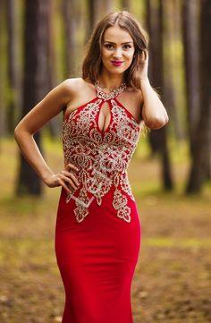 3511bec2b2 Czerwona długa suknia wieczorowa z ozdobiona złotą koronką i kryształkami